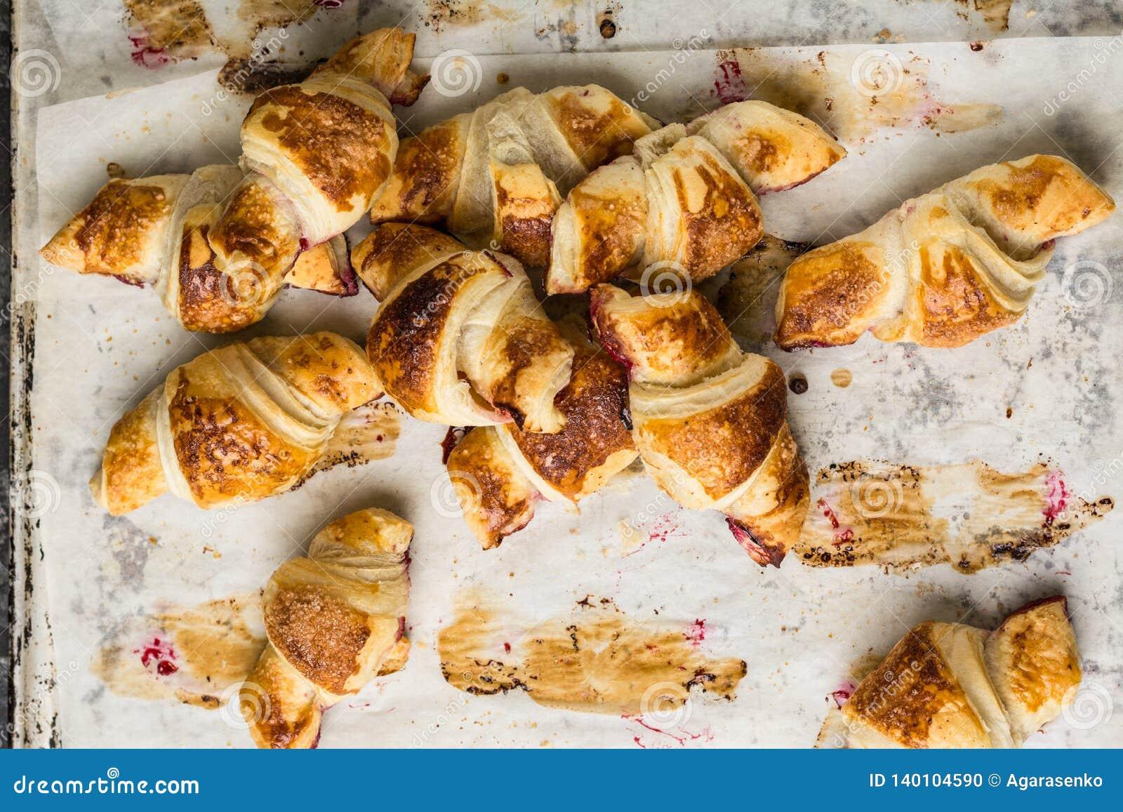 在羊皮纸,顶视图的新近地被烘烤的新月形面包 早餐咖啡时间 背景中断咖啡新月形面包杯子甜点 brunching 法国午餐