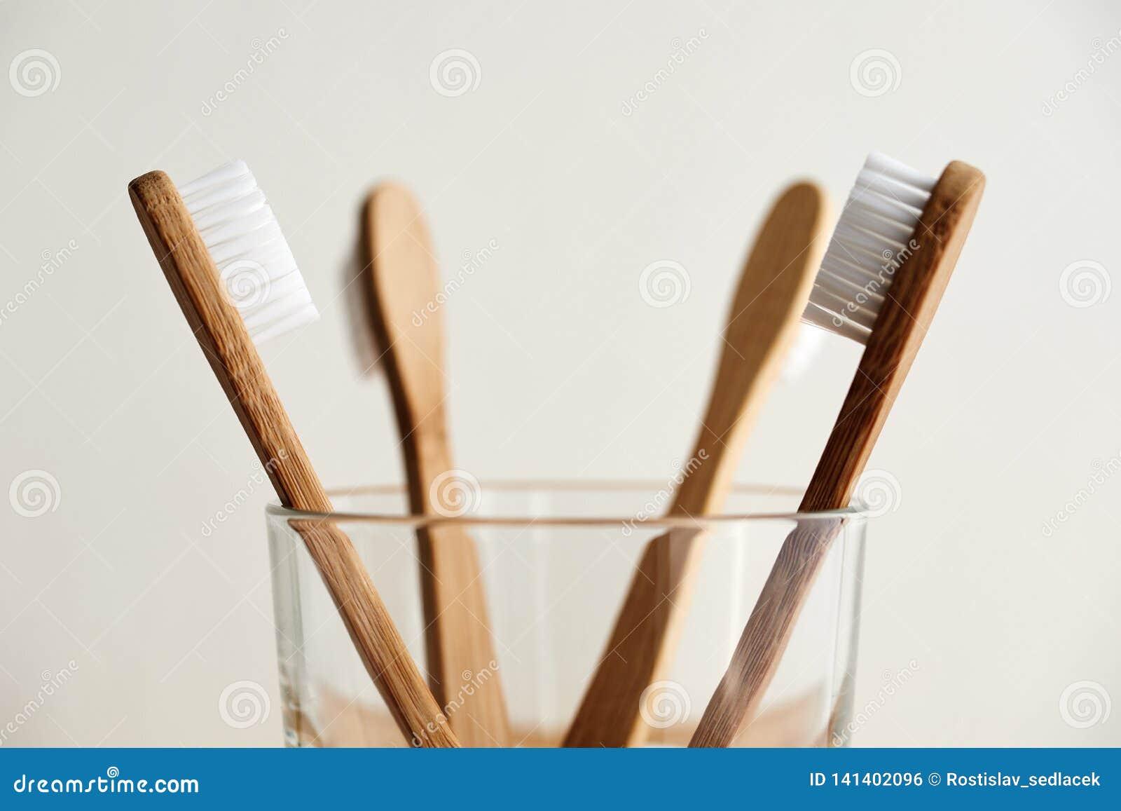 在玻璃的四把竹牙刷