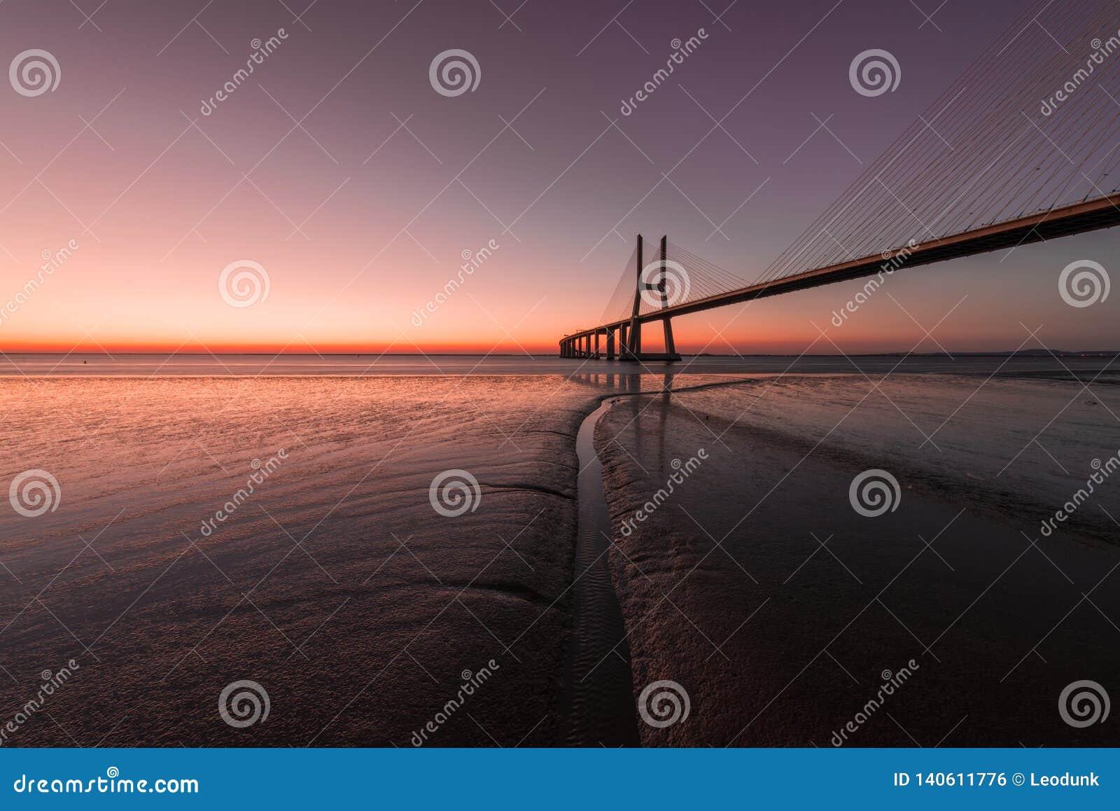 在瓦斯考de Gama Bridge的桃红色大气在里斯本 蓬特瓦斯考de Gama,里斯本,葡萄牙