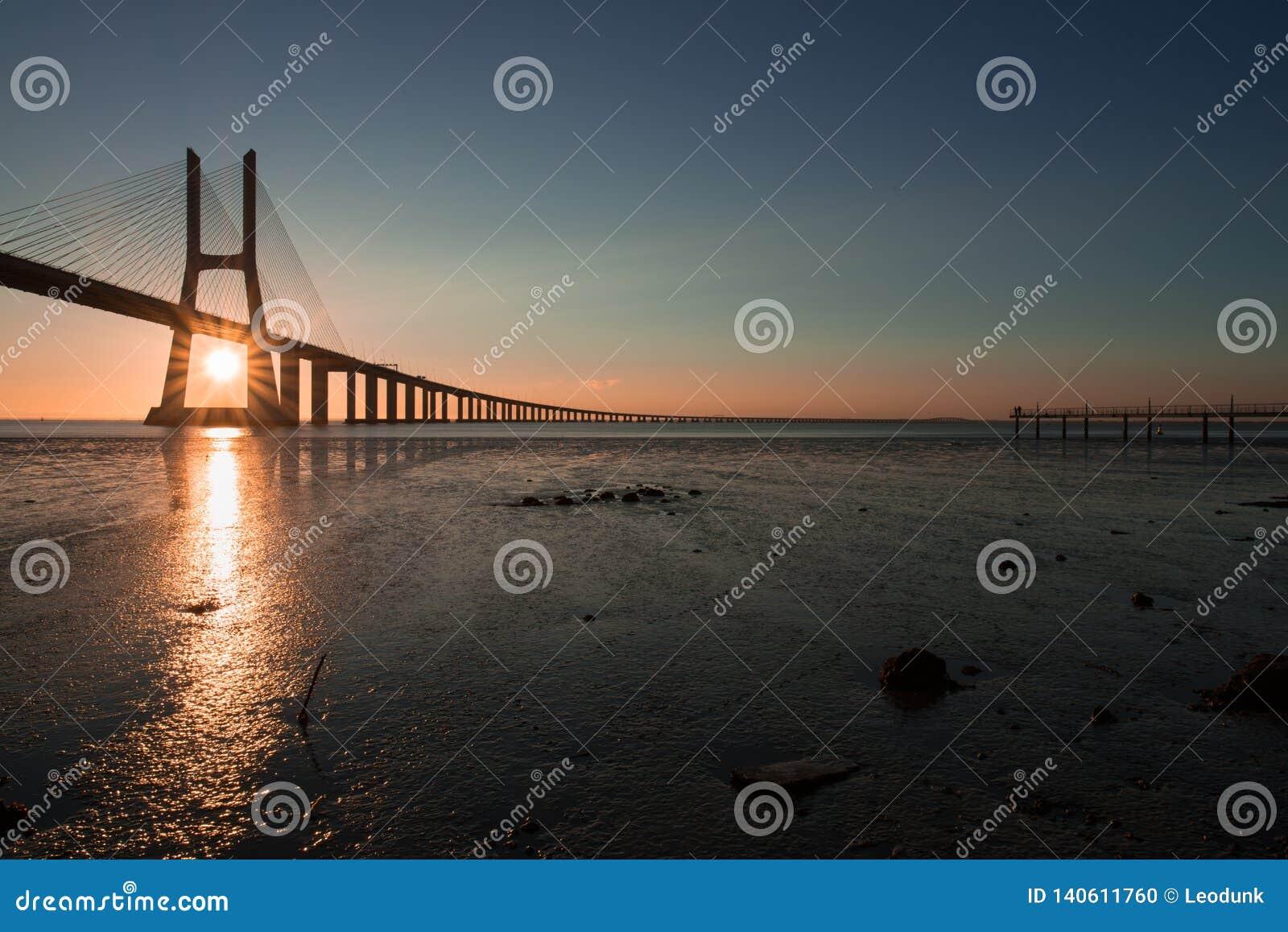 在瓦斯考de Gama Bridge的美丽的阳光在里斯本 蓬特瓦斯考de Gama,里斯本,葡萄牙