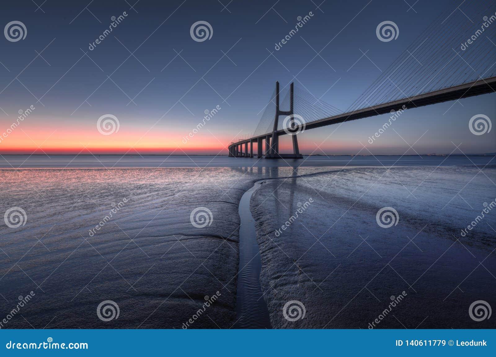 在瓦斯考de Gama Bridge的蓝色小时在里斯本 蓬特瓦斯考de Gama,里斯本,葡萄牙