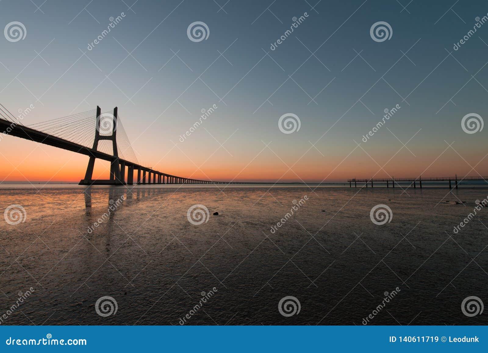 在瓦斯考de Gama Bridge的金黄小时在里斯本 蓬特瓦斯考de Gama,里斯本,葡萄牙