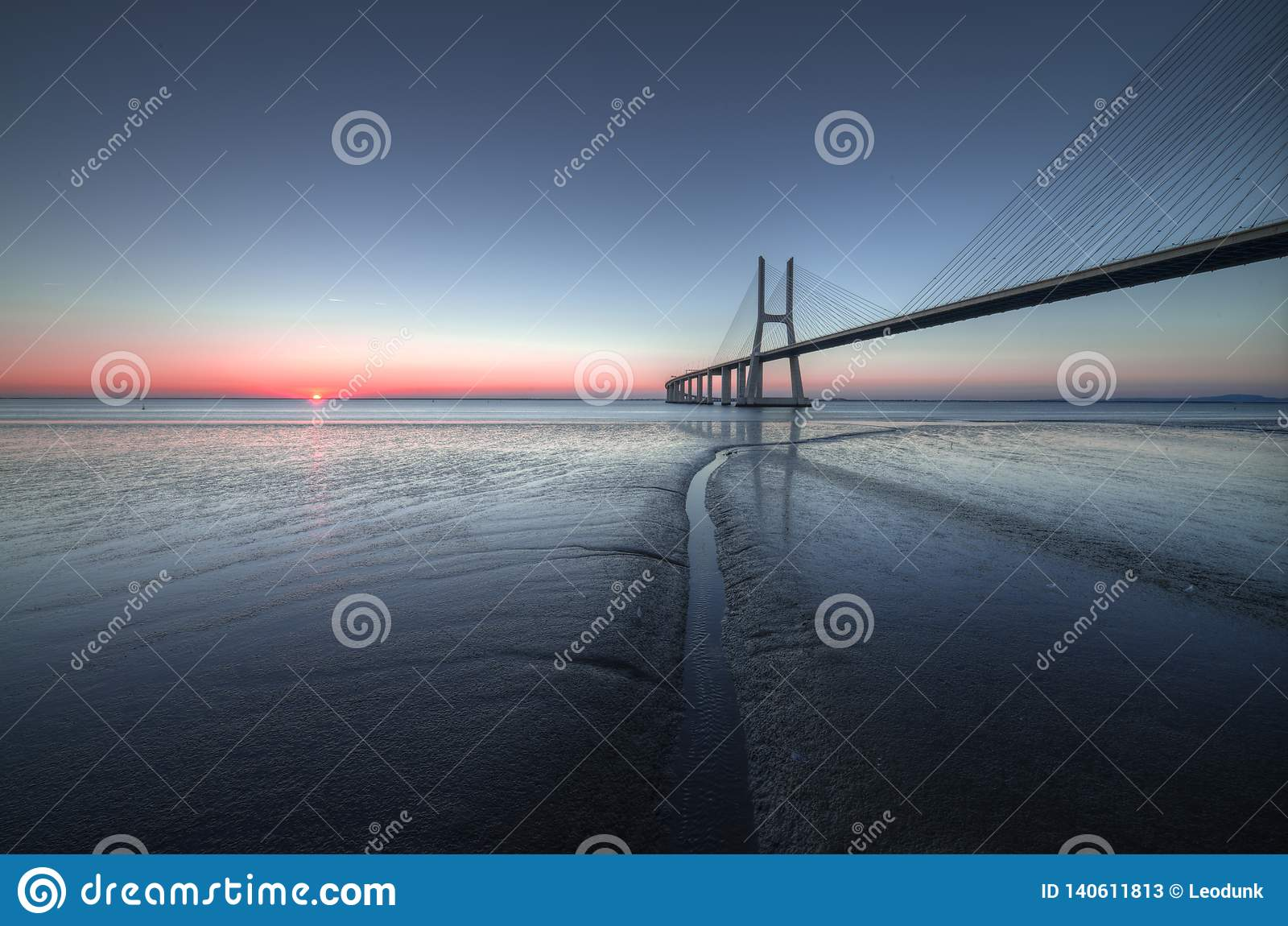 在瓦斯考de Gama Bridge的镇静和平安的大气在里斯本 蓬特瓦斯考de Gama,里斯本,葡萄牙