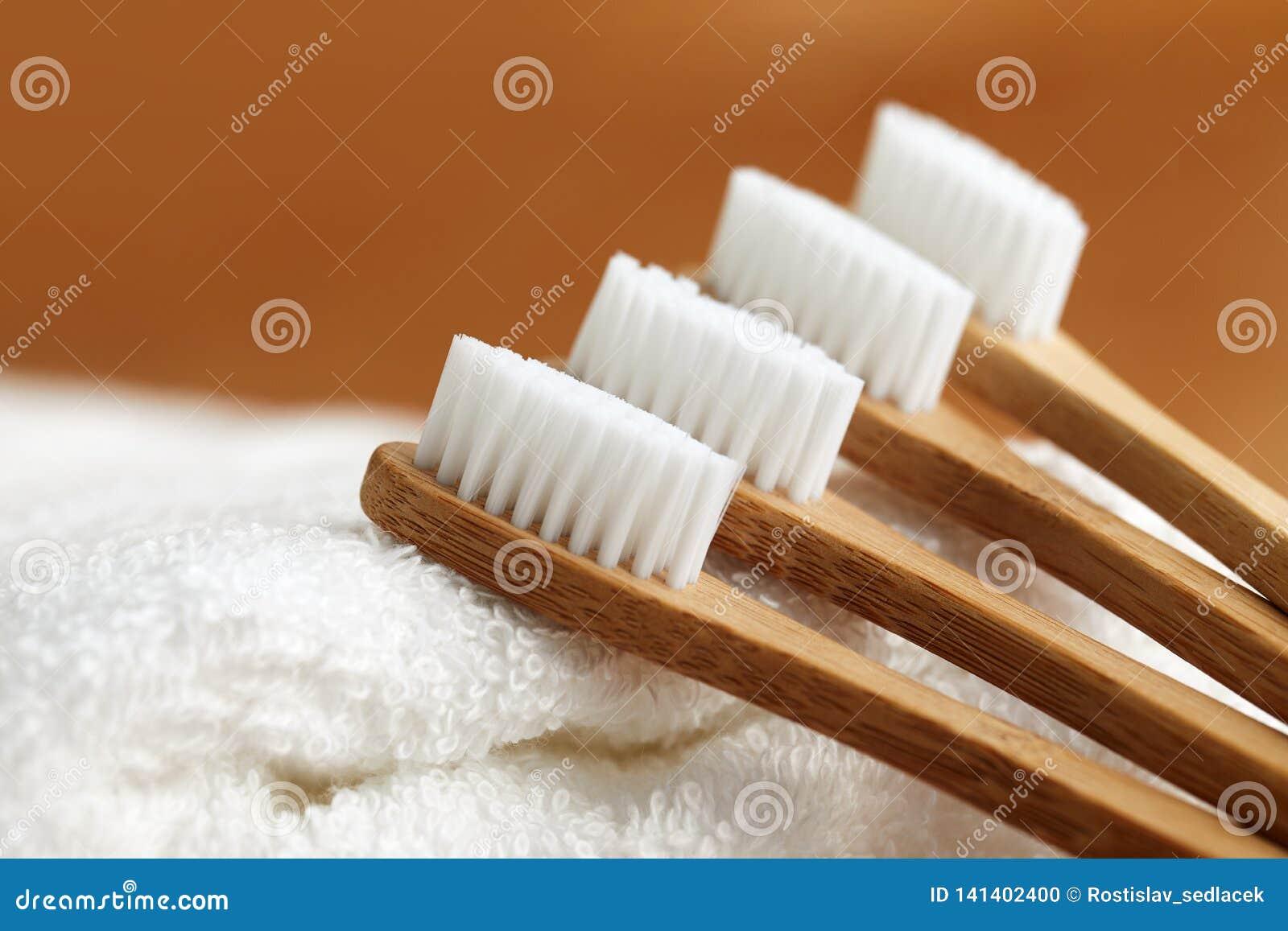 在白色毛巾的四把竹牙刷