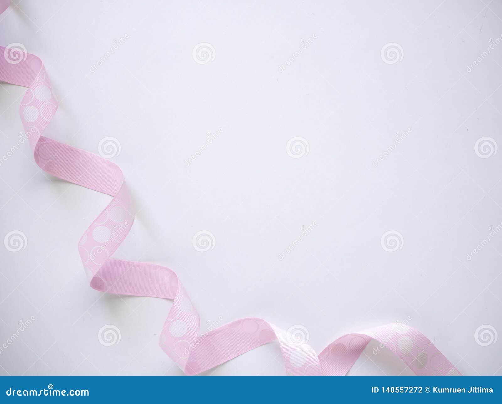 在白色的桃红色卷曲丝带