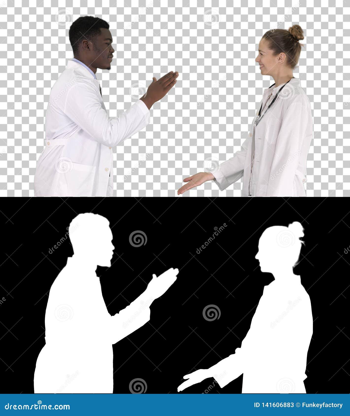 在白色背景隔绝的成功的队外科医生给高五的和笑,阿尔法通道