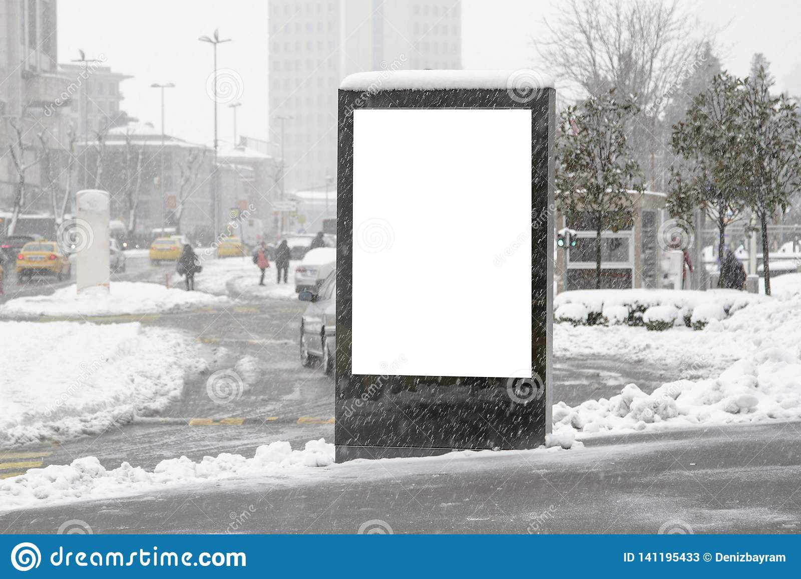 在街道上的广告牌在冬天