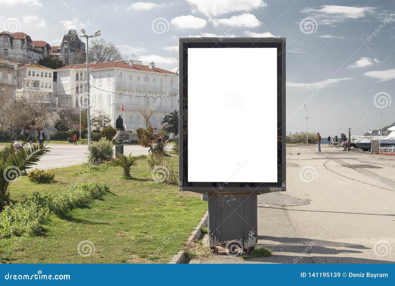 在街道上的广告牌