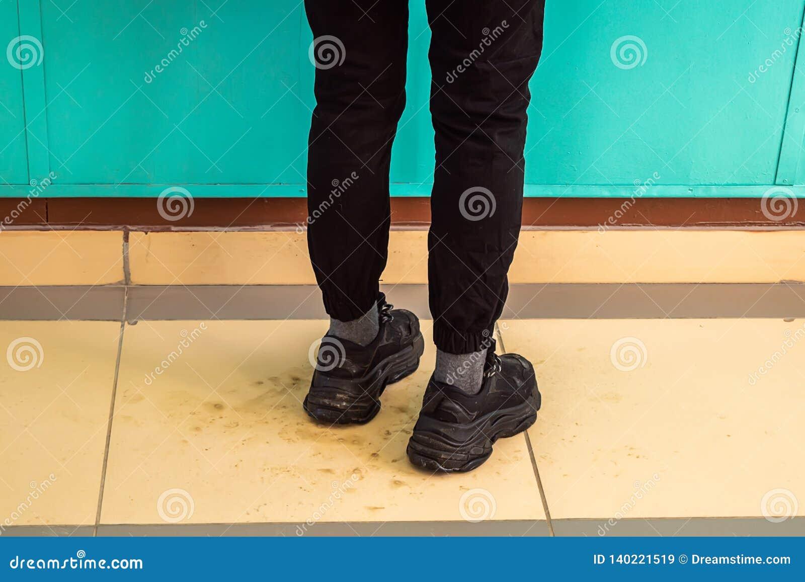 在运动鞋的女性腿