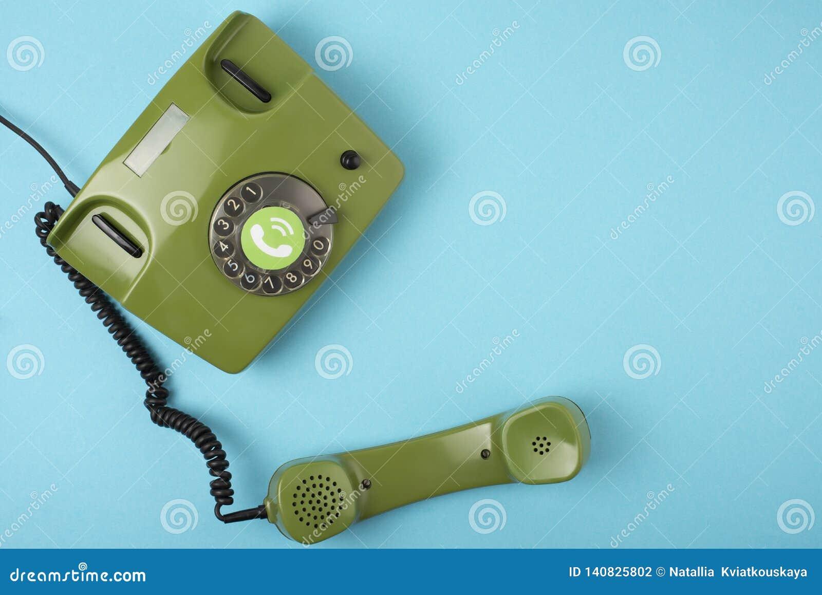 在蓝色背景的减速火箭的绿色电话照片
