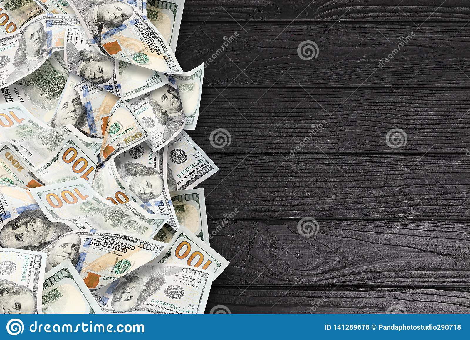 在黑木背景的很多美元
