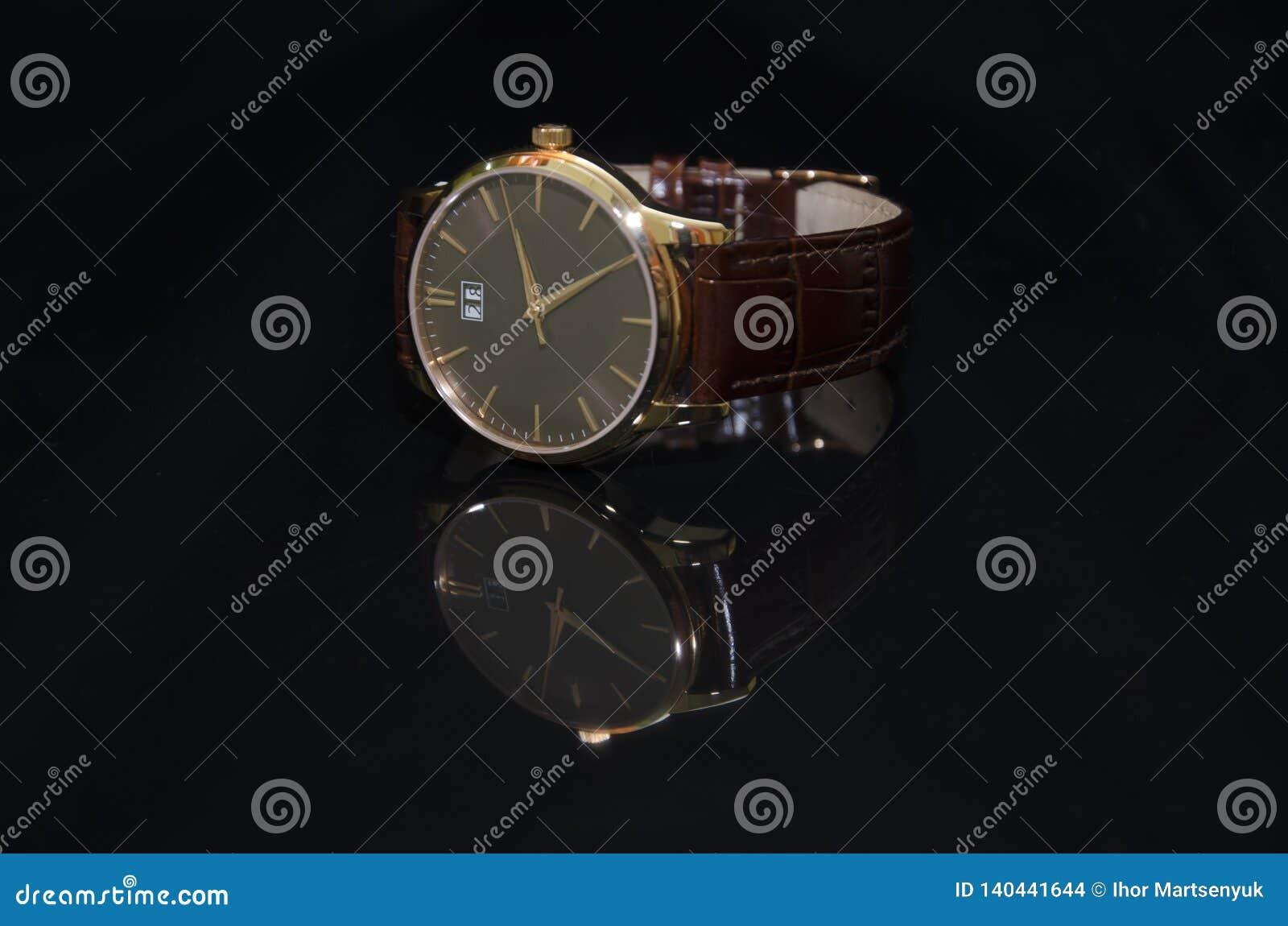 在金子的手表在黑背景