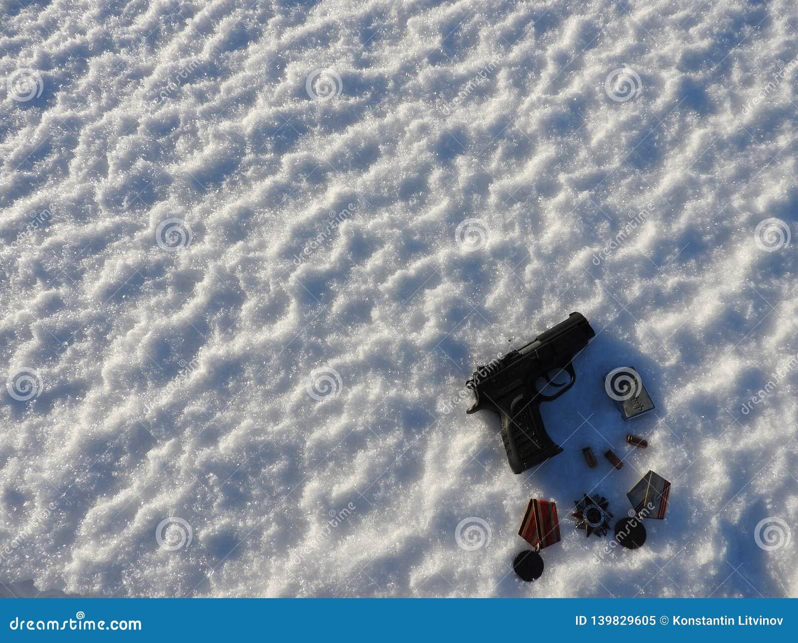 在雪和子弹驱散的9mm手枪