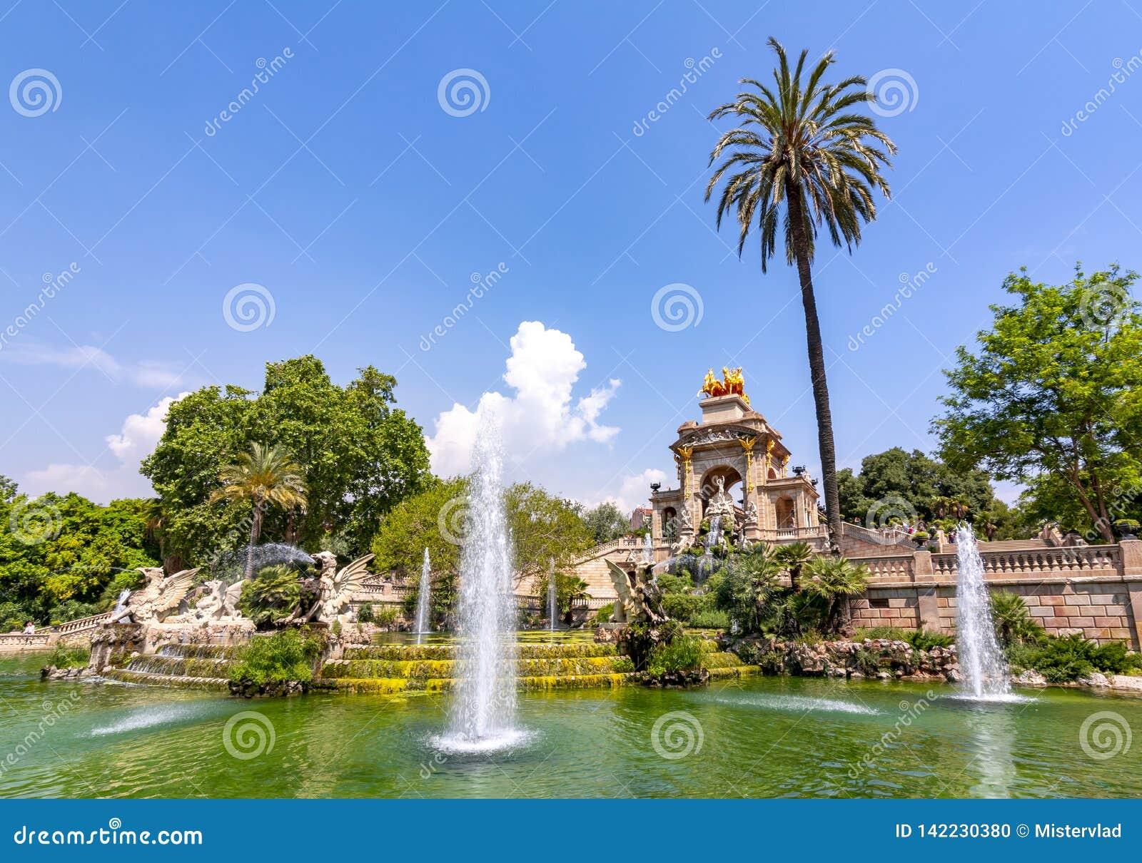 在Ciutadella公园,巴塞罗那,西班牙落下喷泉