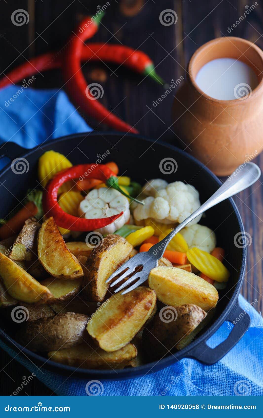 土气盘用牛奶和土豆
