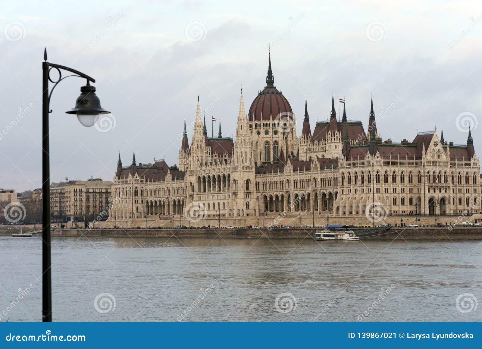 匈牙利议会的大厦在多瑙河的银行的在布达佩斯是匈牙利首都的主要吸引力