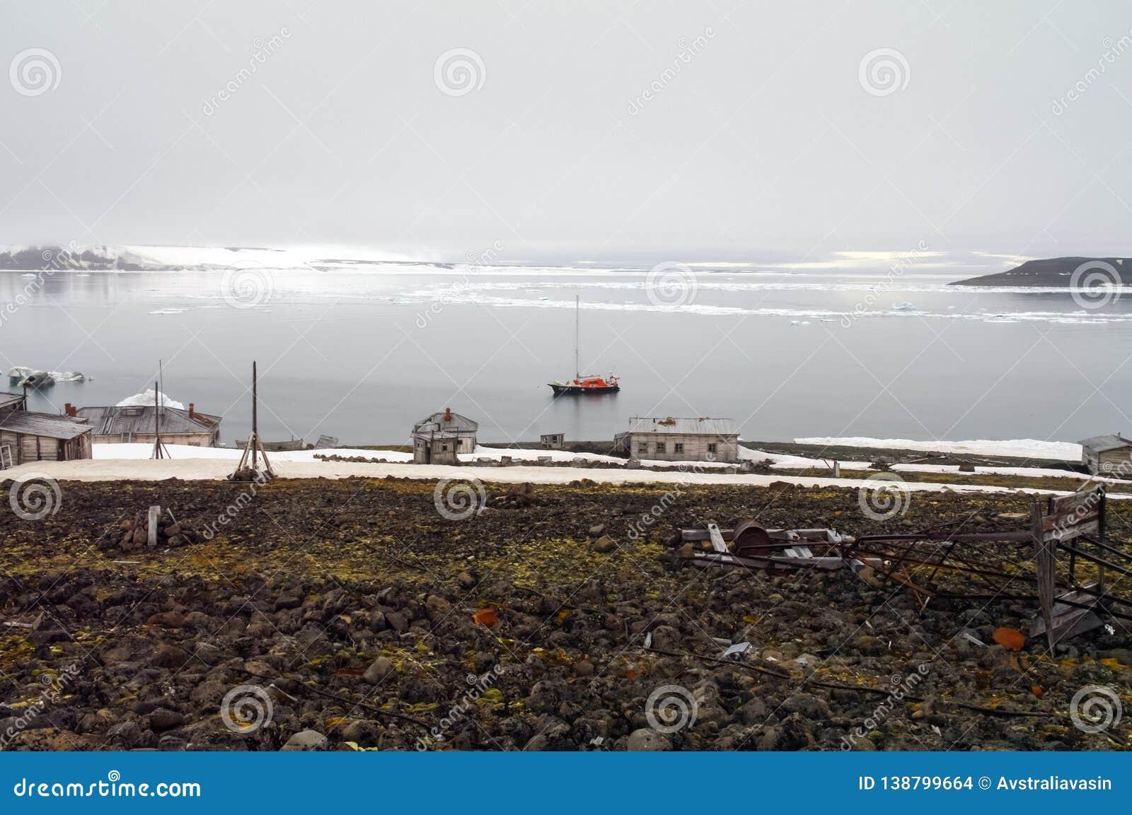 北极远征的船在北冰洋的水域中