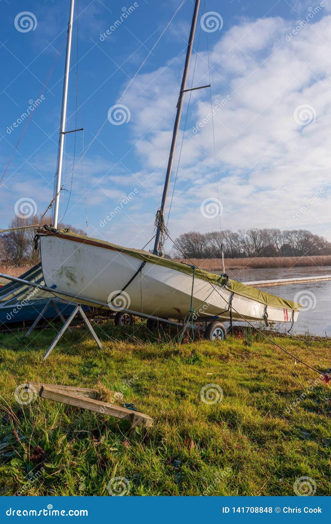 努力去做的游艇不公开等待在湖在仅仅的Hornsea