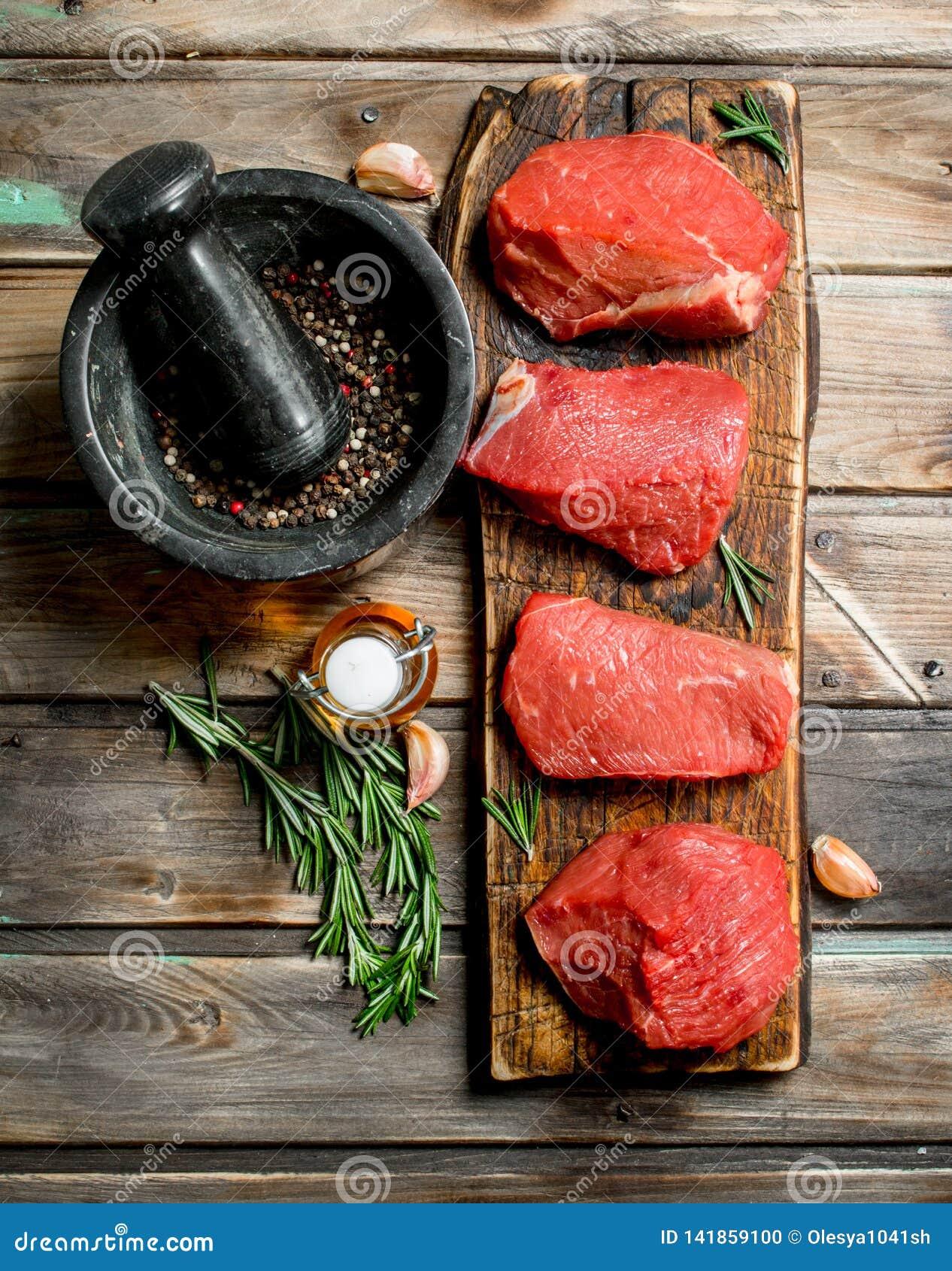 原始的肉 新鲜的牛肉片断用香料和草本