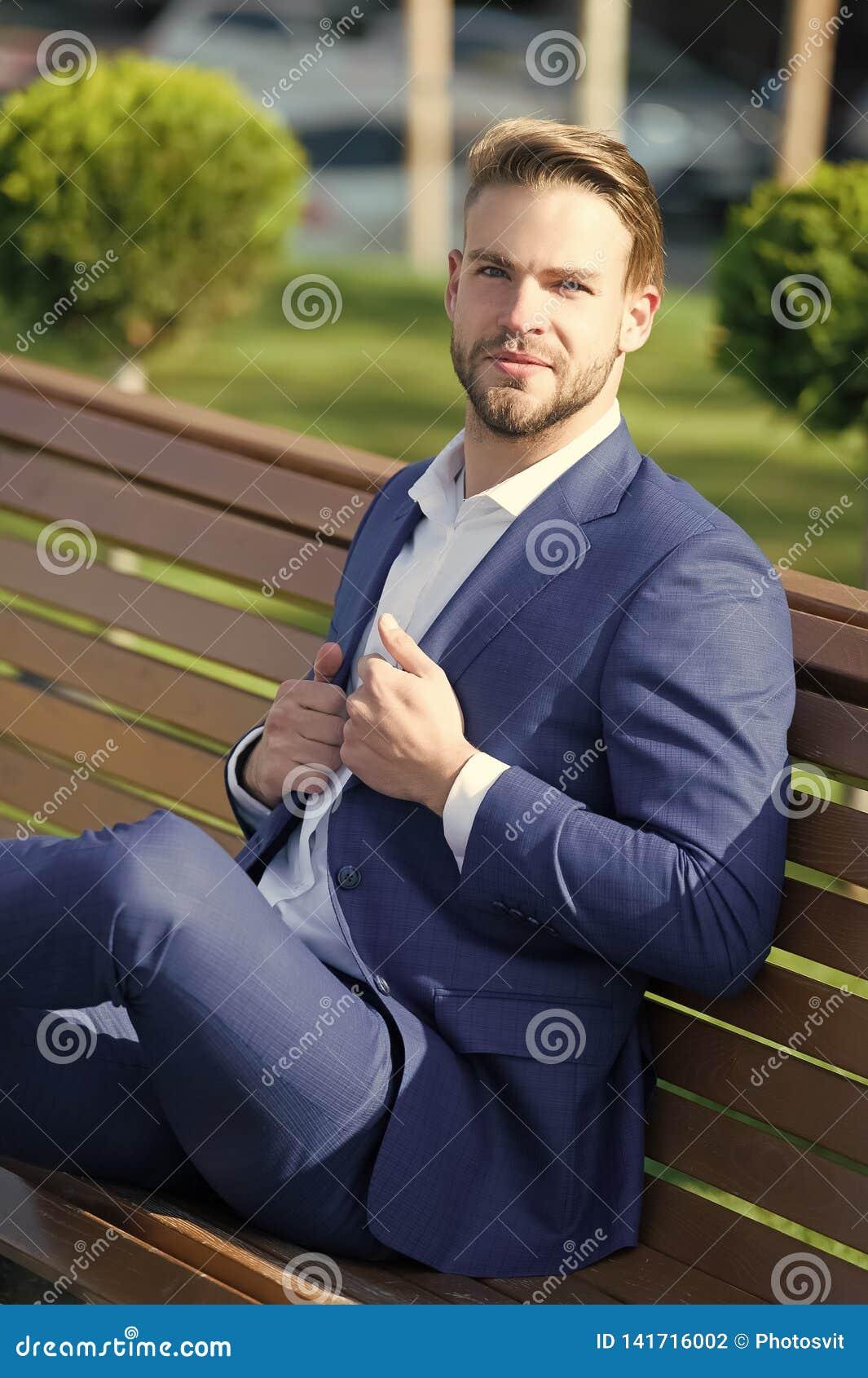 刷新想法的作为分钟 西装的人在公园放松坐长凳 商人正式衣物上司或