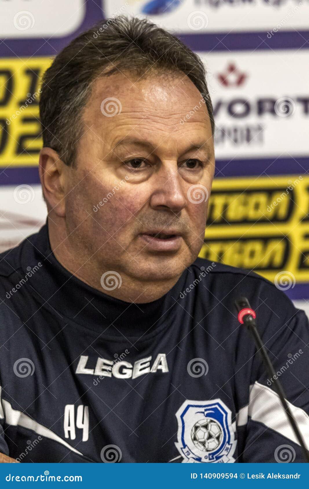 傲德萨,乌克兰2019年3月-2:在比赛切尔诺莫雷茨期间的传奇著名足球教练FC切尔诺莫雷茨傲德萨天使切尔文科夫