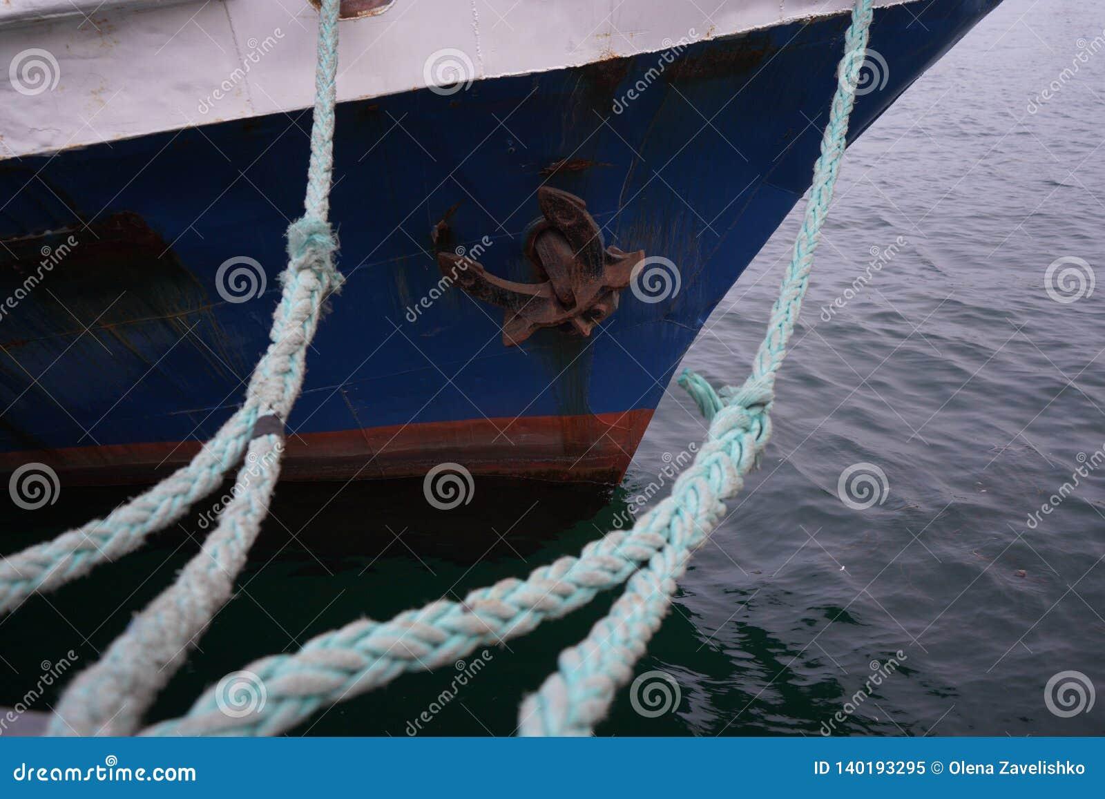 Łódkowate arkany, statek Udziały linowe kępki prowadzi cumujący statki Cumownicza poczta na nabrzeżu, element dla cumować statki