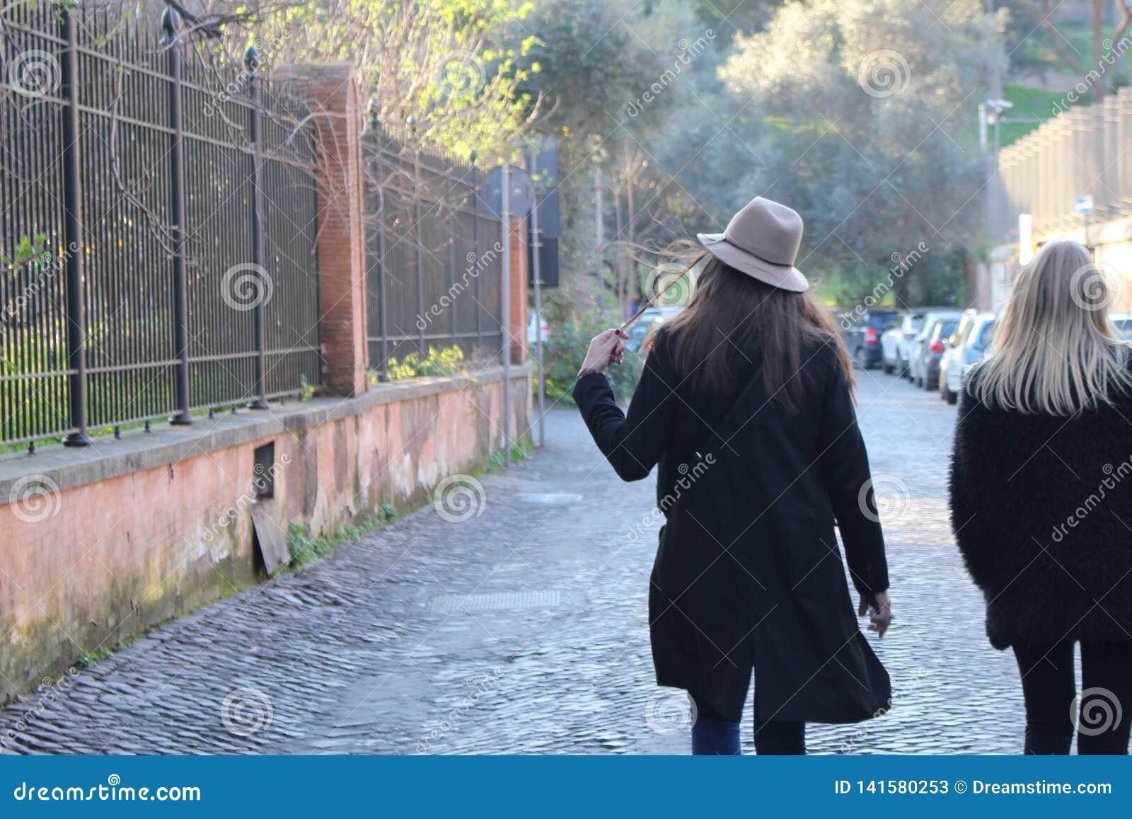 Ładne dziewczyny chodzi w ulicie
