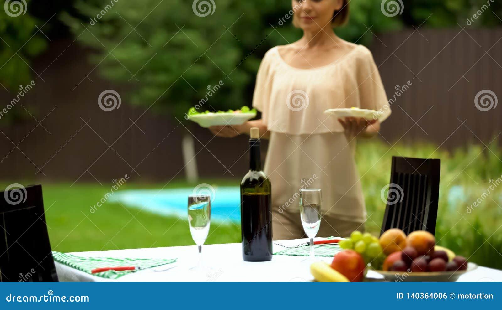 Ładny kelner porcji stół dla świętowania w domu na wsi, catering usługa