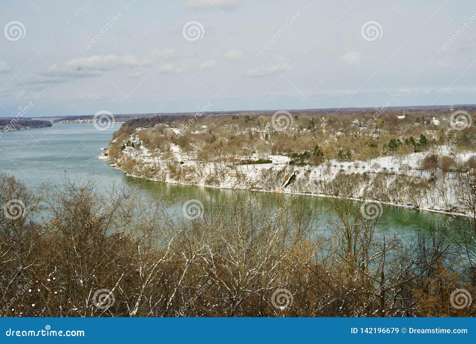Ładny widok Niagara rzeka od Kanadyjskiej strony