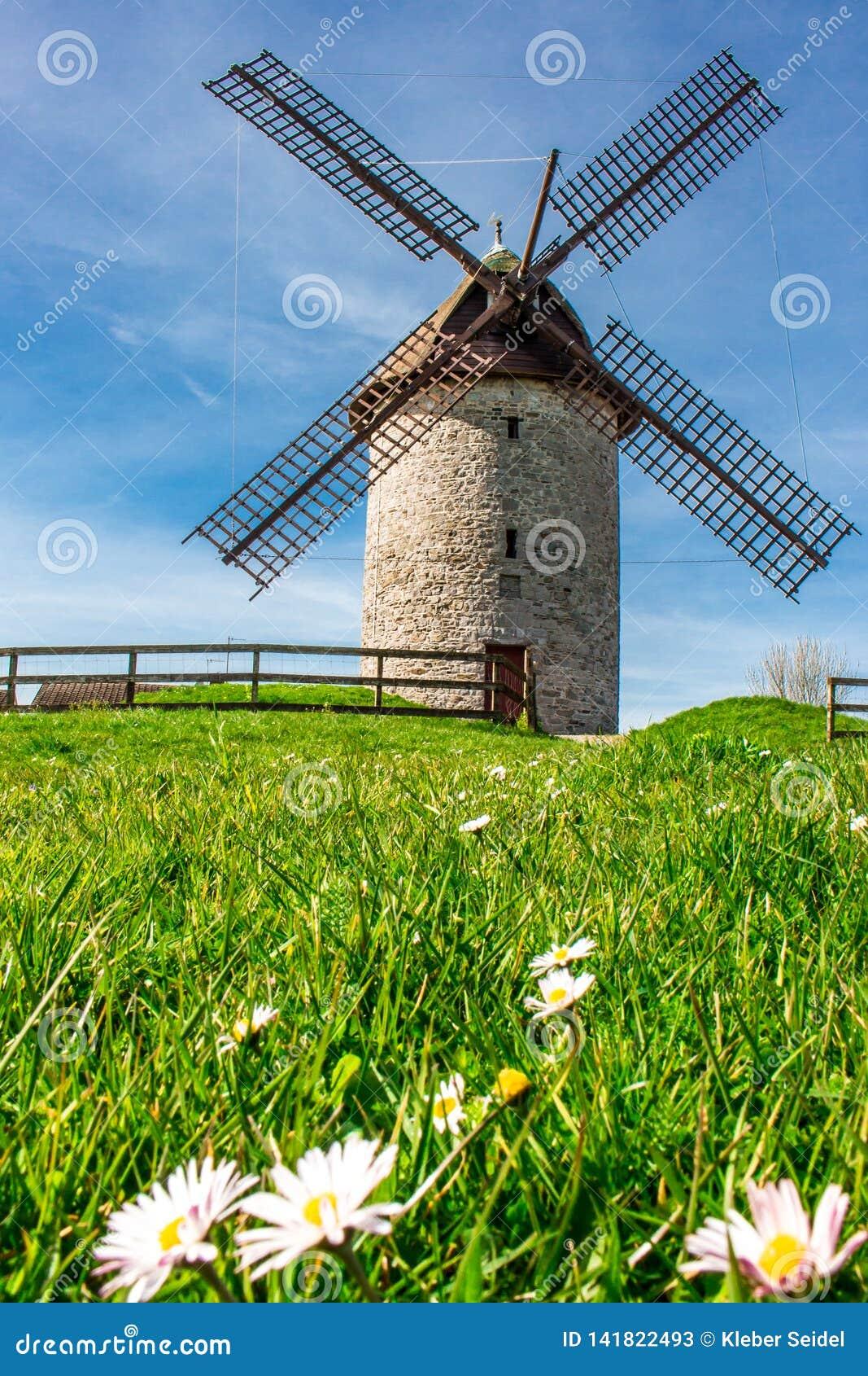 Łamany stary wiatraczek w Skerries, Irlandia, Europa
