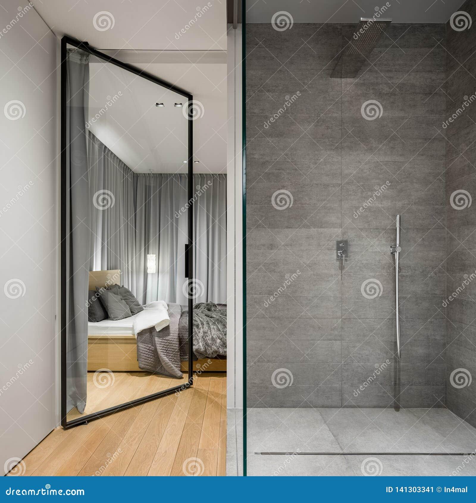 Łazienka z przestronnym spacerem w prysznic