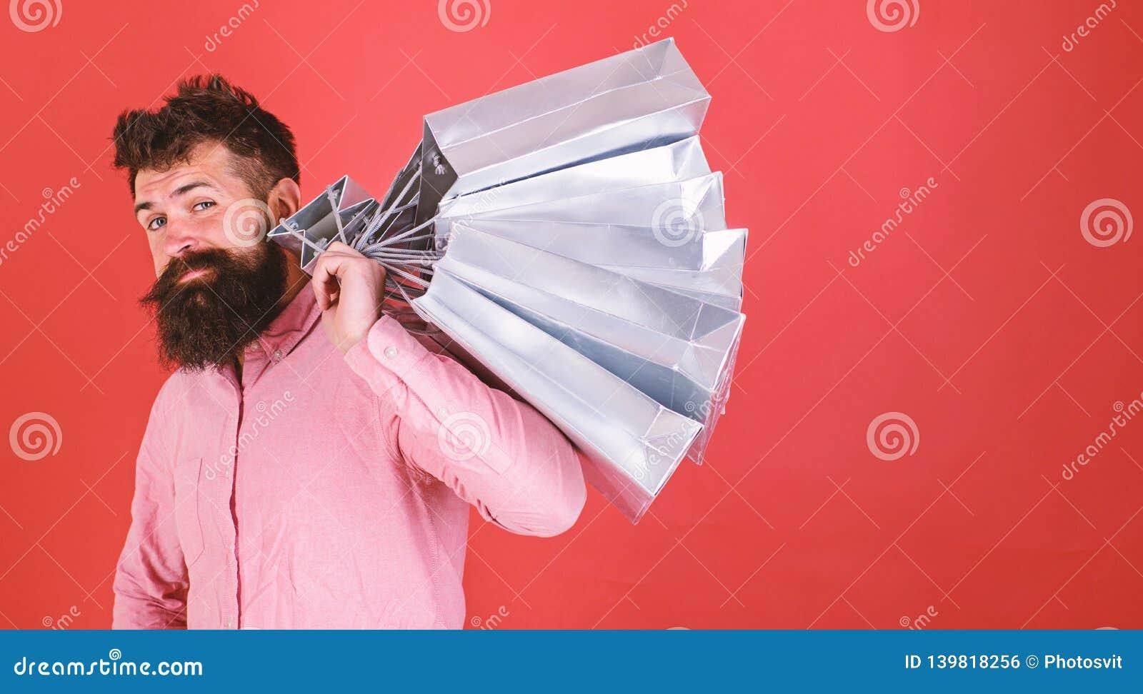 凉快的面孔的shopaholic的行家是购物使上瘾或 在销售季节的人购物与折扣 背景袋子概念行程购物的白人妇女