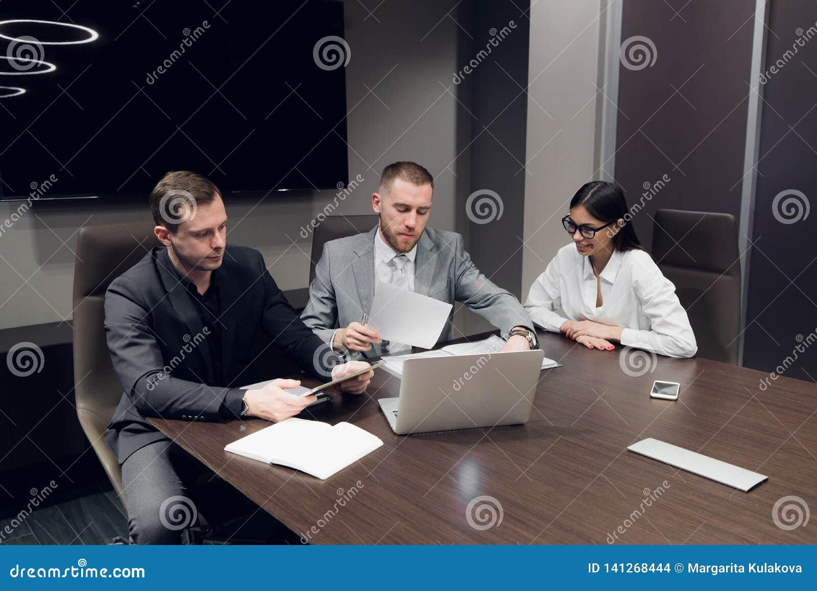商务伙伴谈论文件和想法在会议上