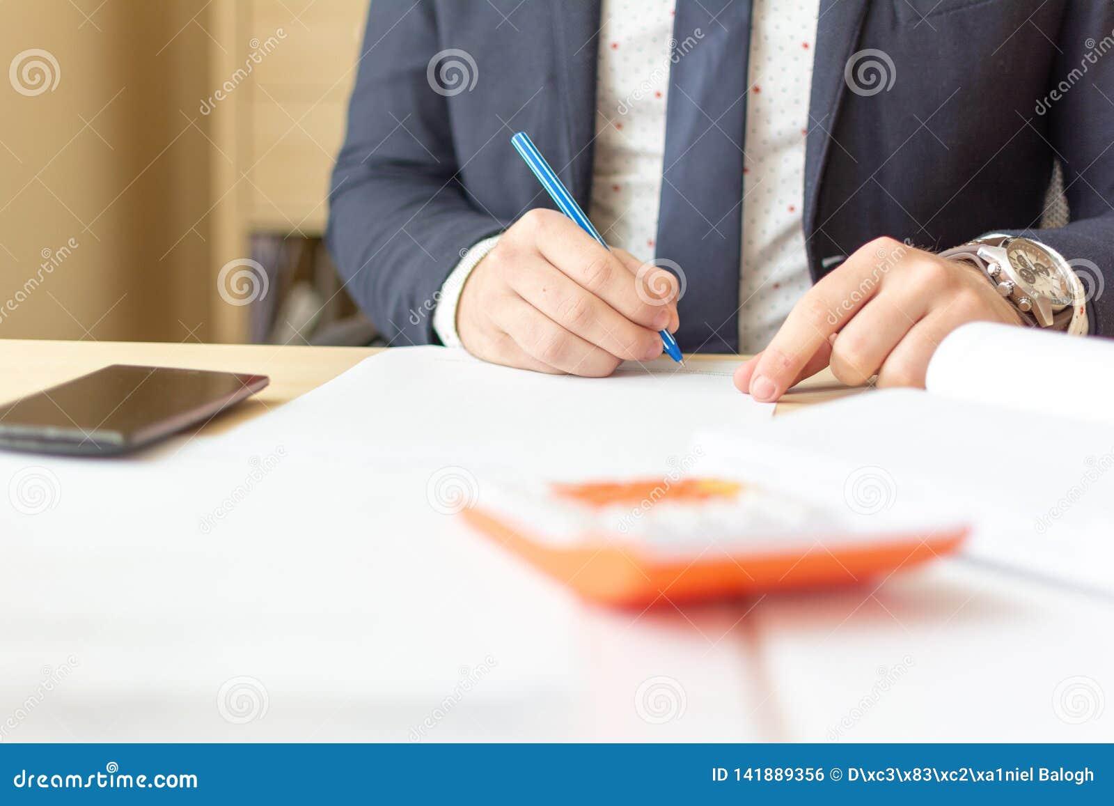 关闭商人签署的文件 做成交,经典事务的商人签署的合同