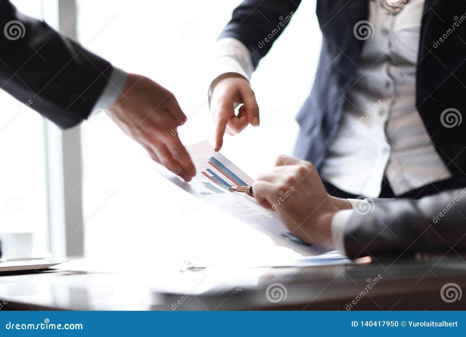关闭 谈论的商人财务数据 到达天空的企业概念金黄回归键所有权