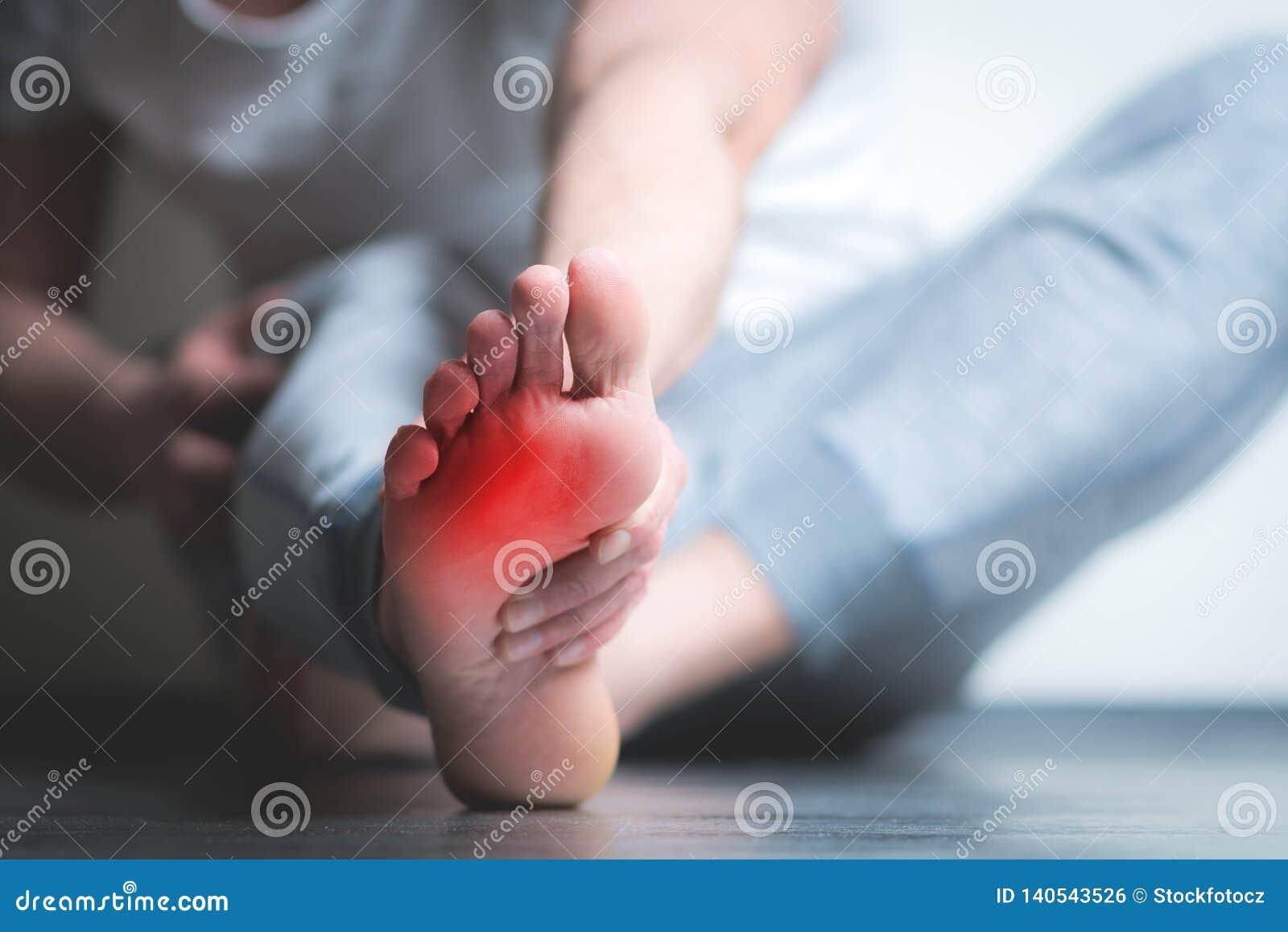 充满痛苦的人在脚