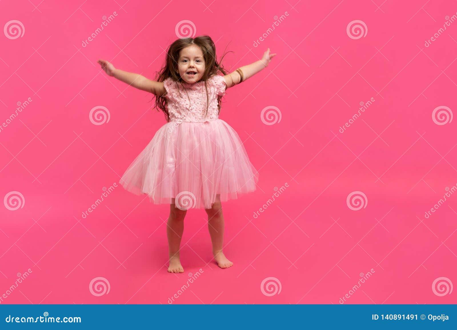 Śliczni mała dziewczynka sen zostać baleriną tańcząca dziewczyna trochę Pracowniany krótkopęd Nad Różowym tłem