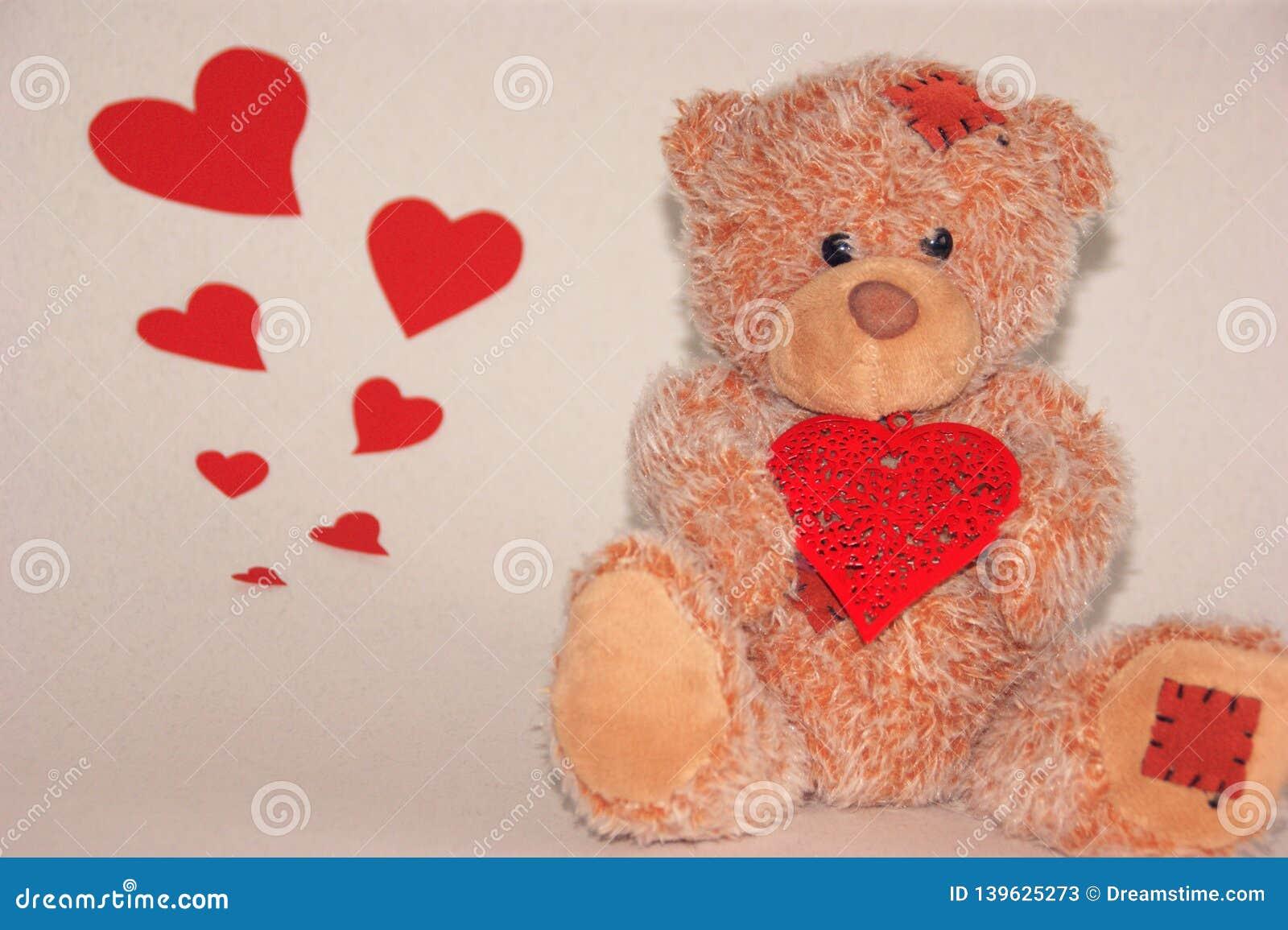 Śliczny littele niedźwiedź z czerwonym sercem
