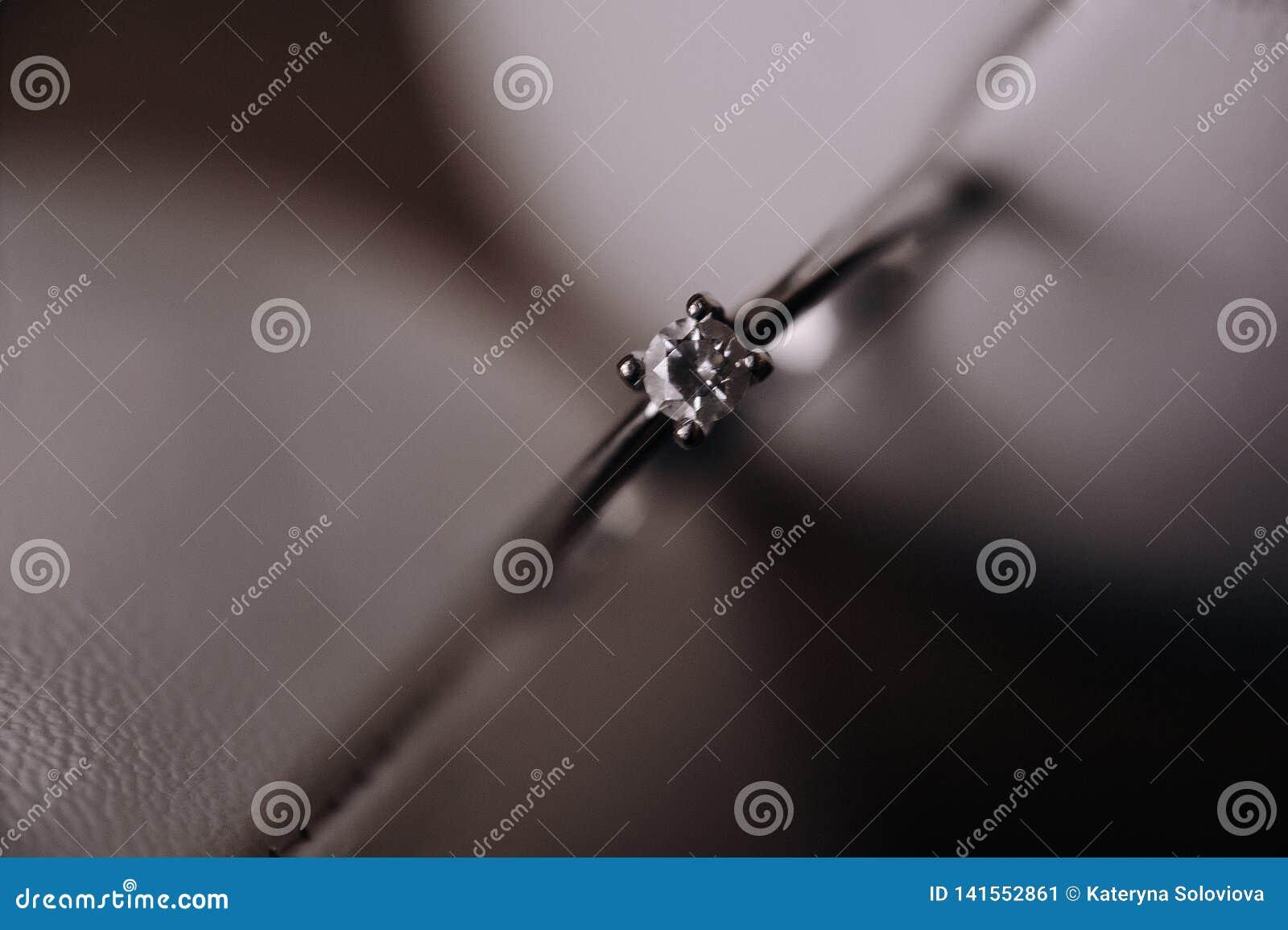 Ślubni złociści pierścionki makro-