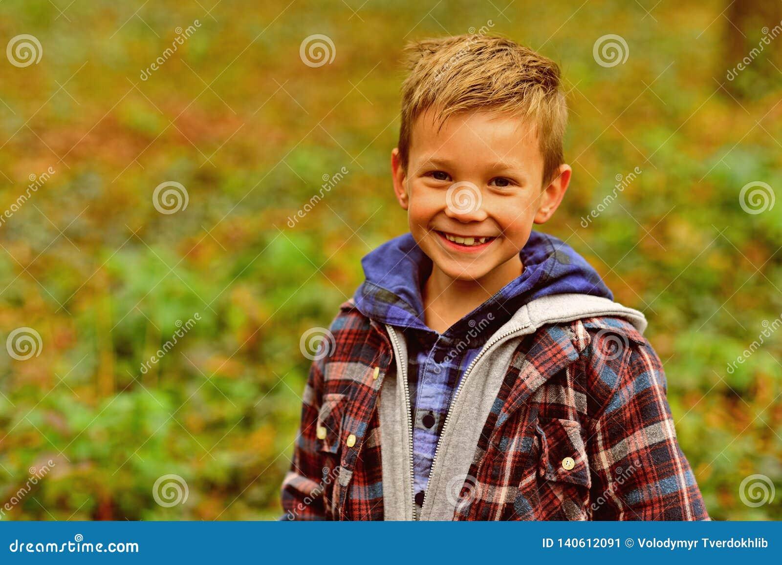 Śmieszną kość Śmieszna chłopiec Chłopiec szczęśliwy ono uśmiecha się na naturalnym krajobrazie Małe dziecko zabawę na świeżym pow