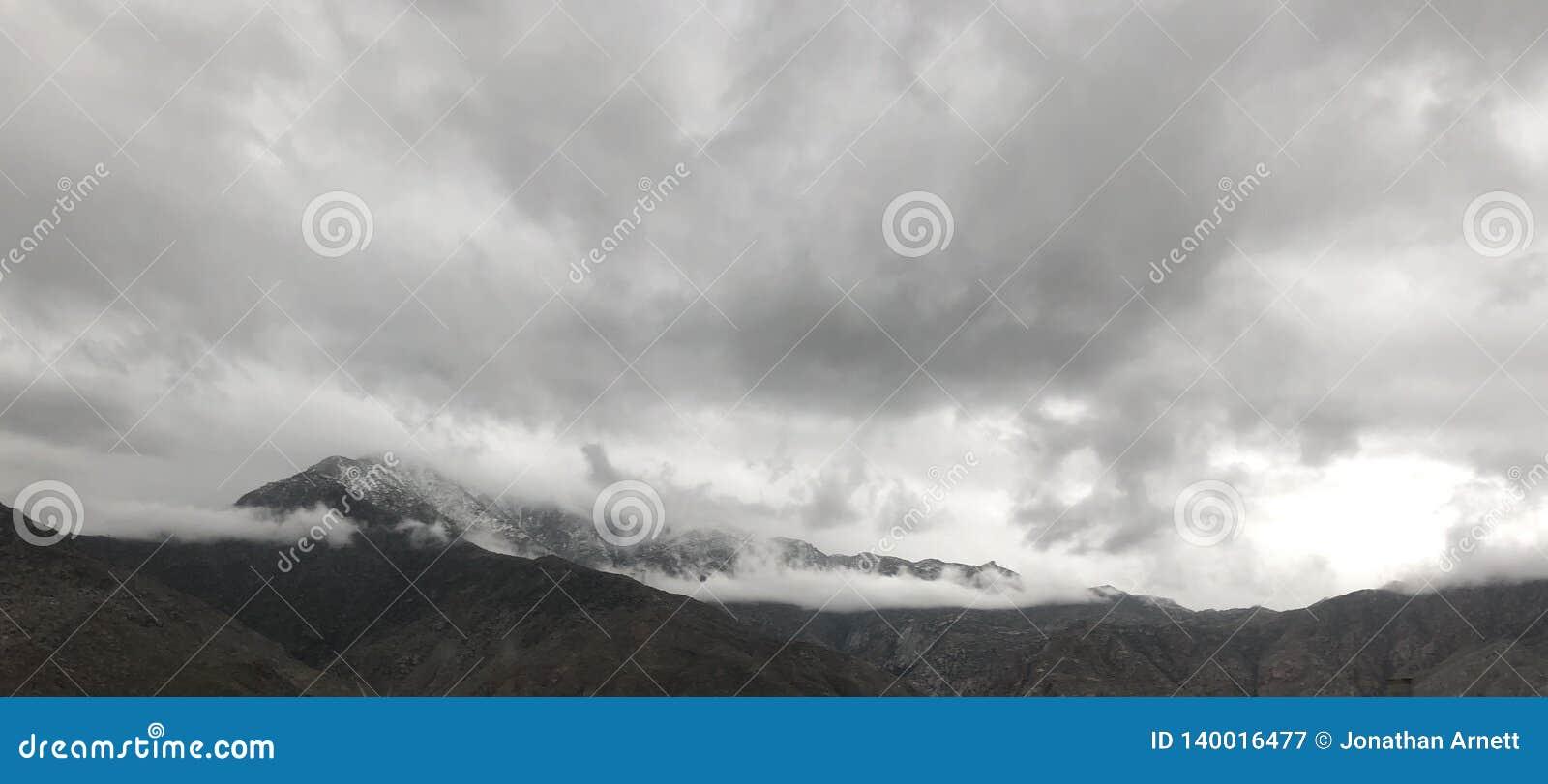 Śnieg i chmury na górze