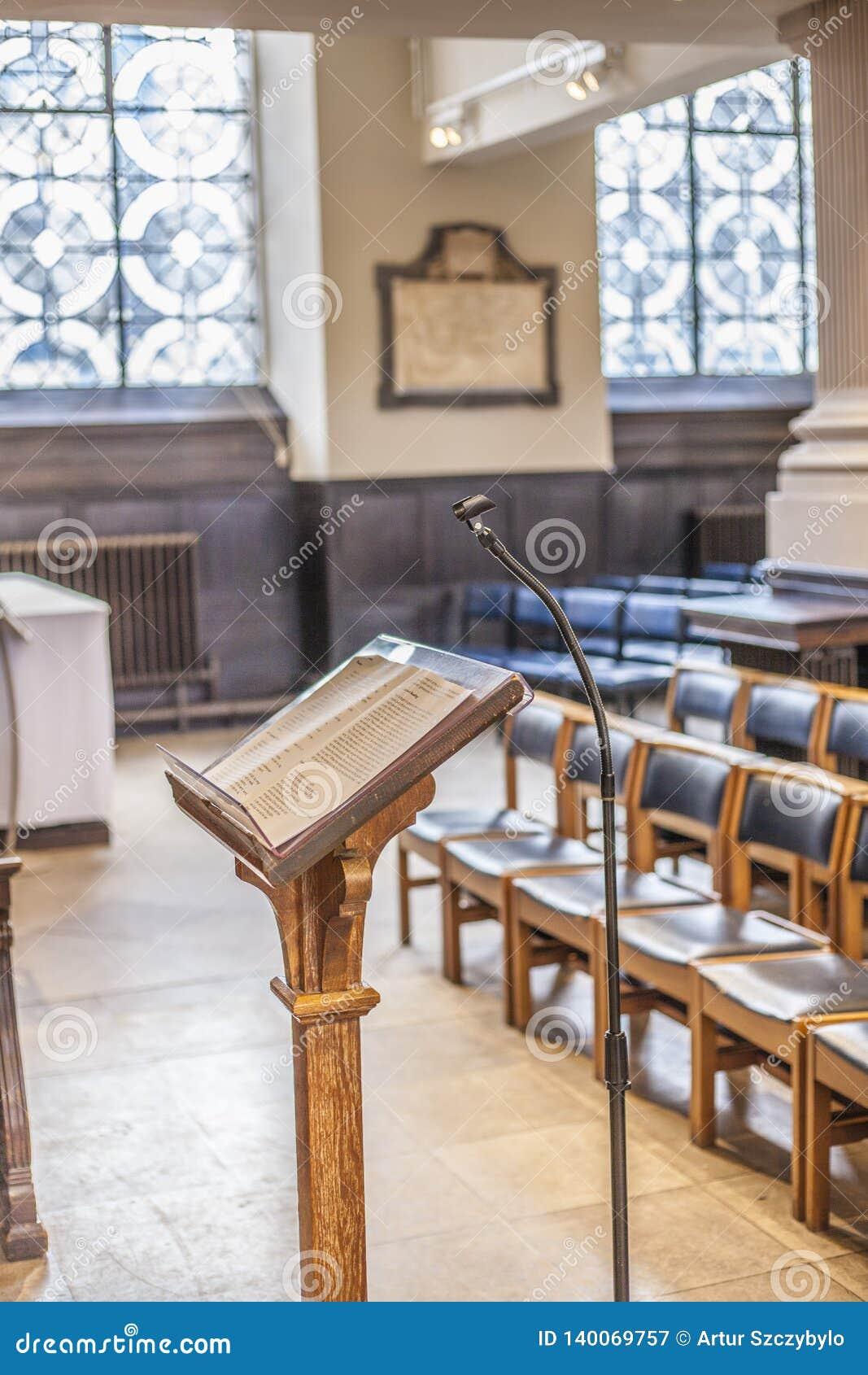 Święta biblia na stojaku w kościół przed księdza Pustym kościół z ostrością na biblii
