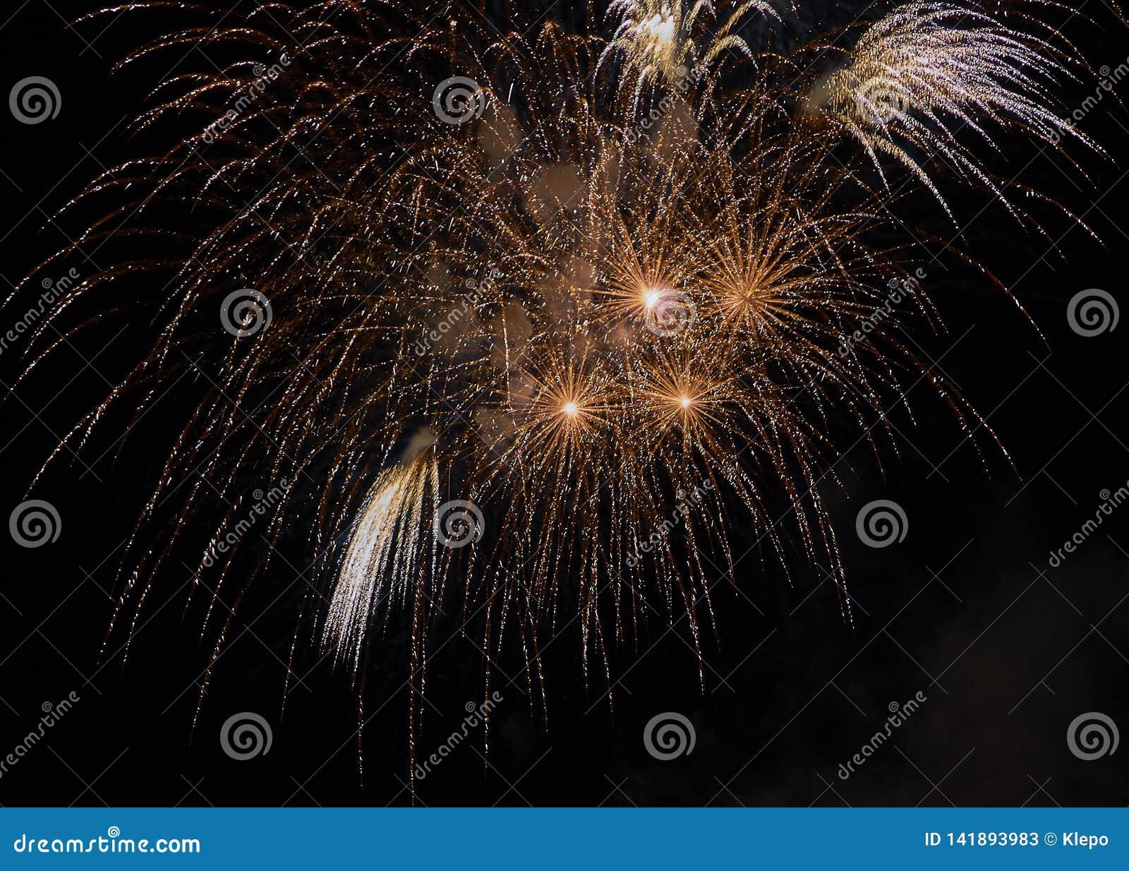 Świętowanie z fajerwerkami w ciemnym niebie