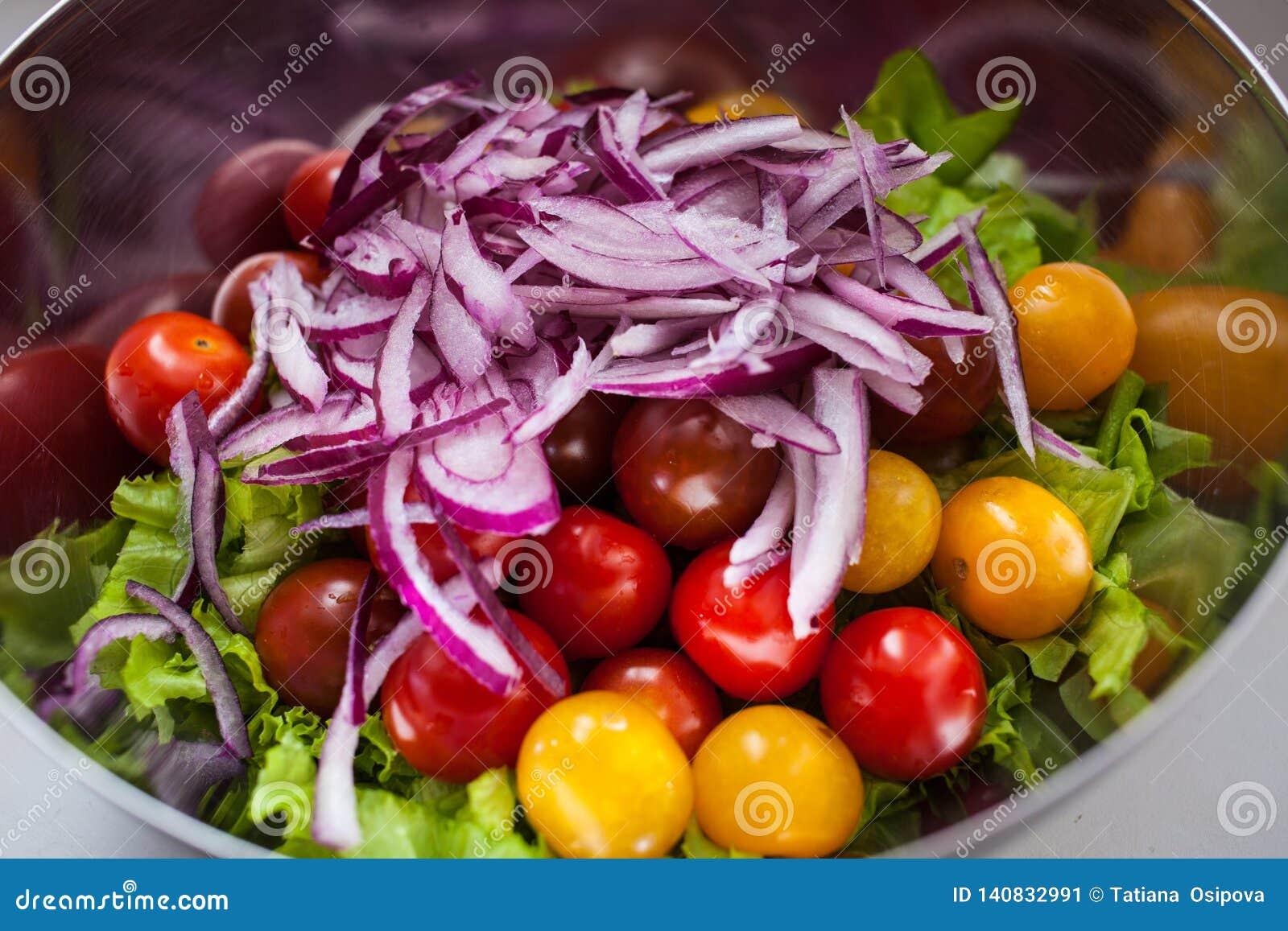 Świeża sałatka z rucola, pomidorami wiśnia, feta serem i czerwoną cebulą w pucharze, Odgórny widok