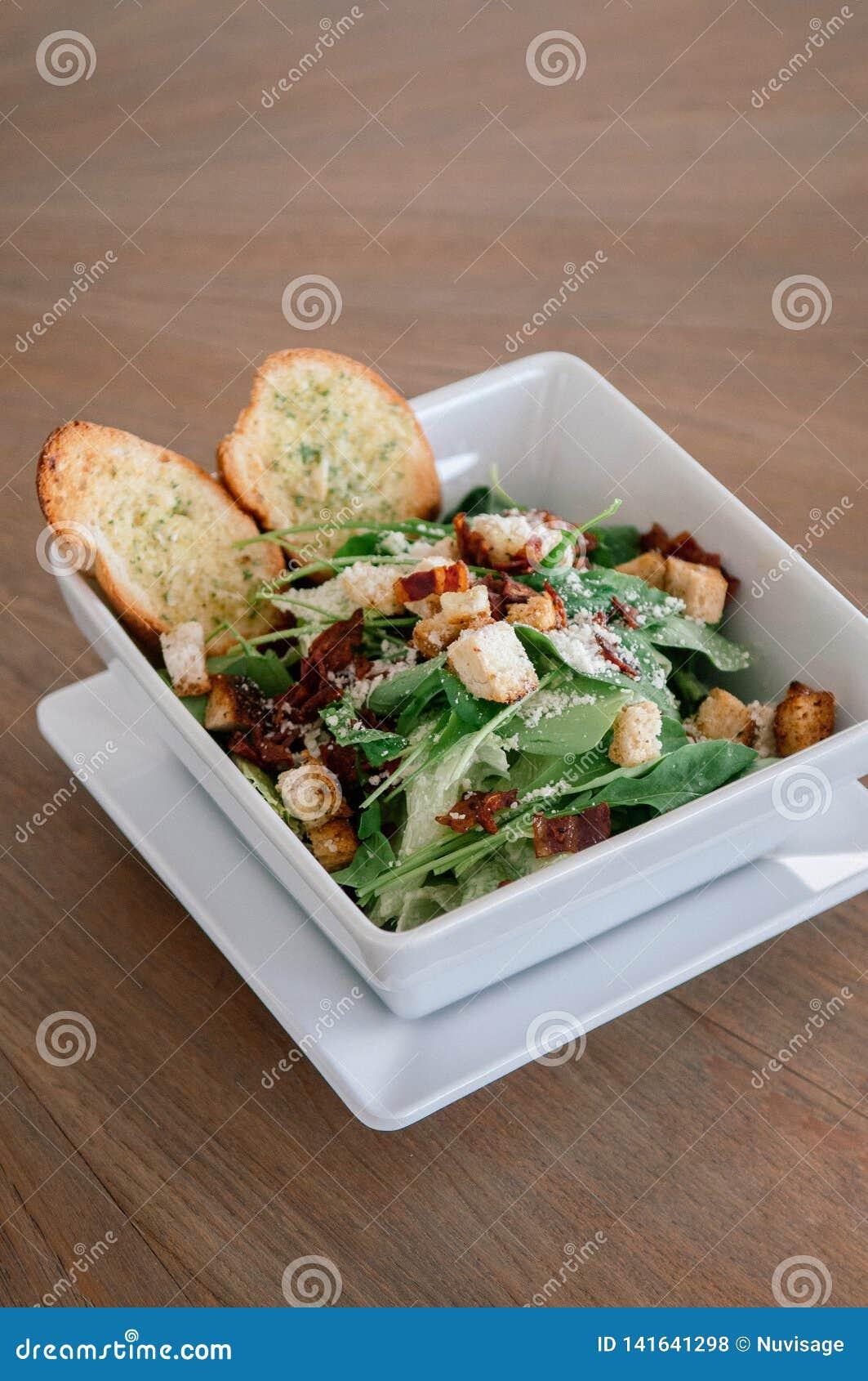 Świeża zielona szpinak sałatka z bekonem, crouton i serem crispy,