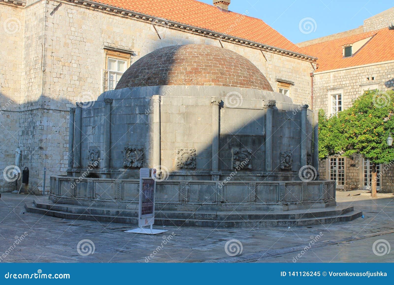 喷泉在杜布罗夫尼克克罗地亚老镇的中心广场