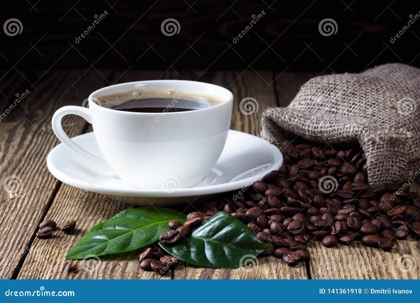 咖啡在木土气桌上的