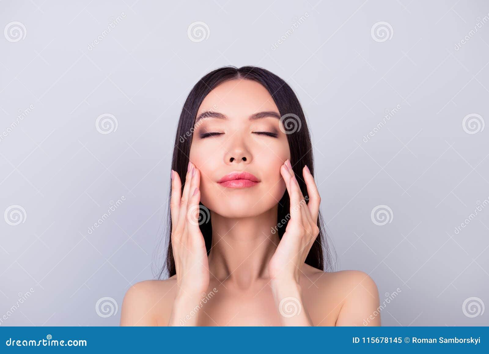 Åldras akne, finne, skrynklor, begrepp för oljig torr hud close upp