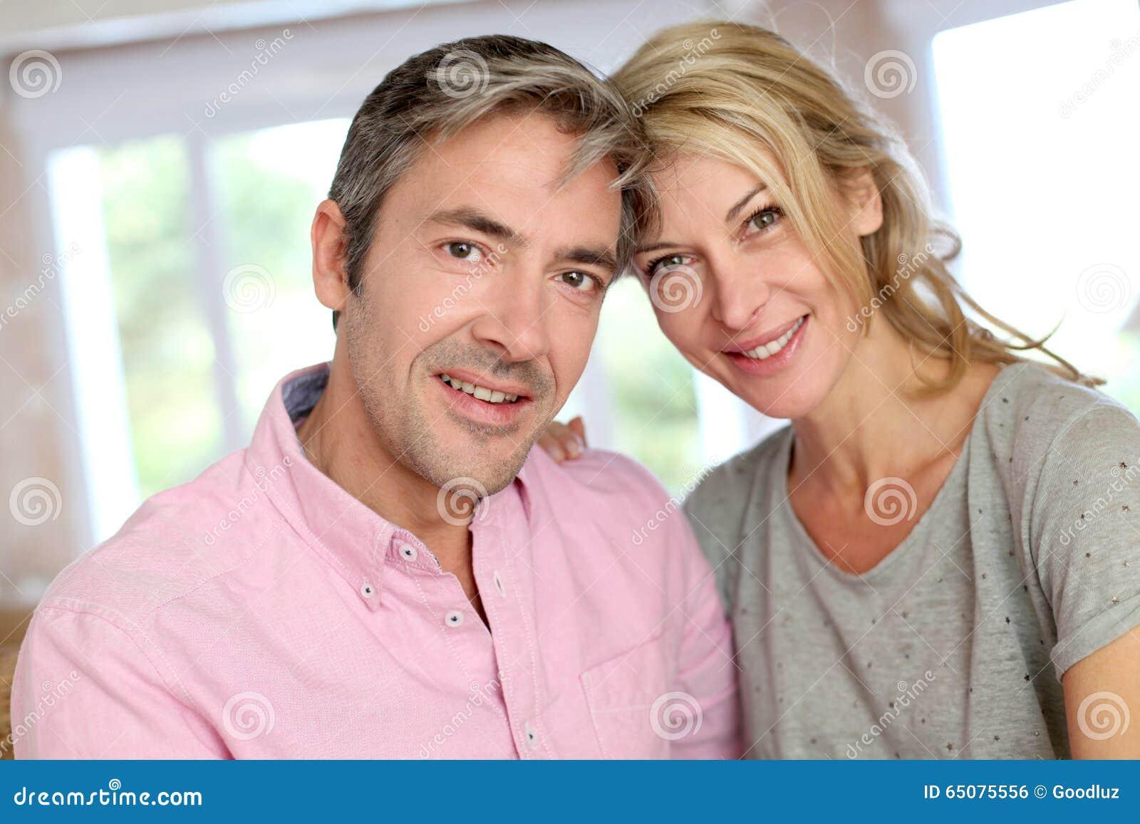 åldriga par älskar mitten