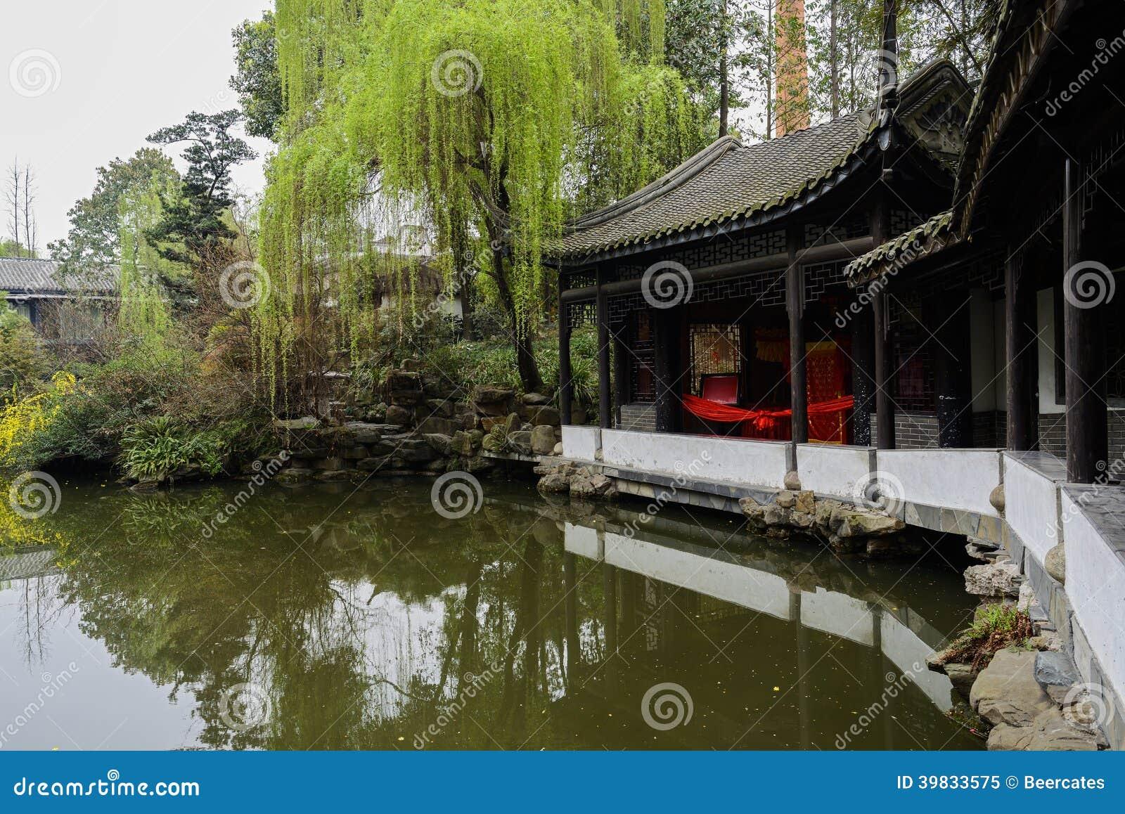 Åldrigt kinesiskt galleri vid vatten i vår